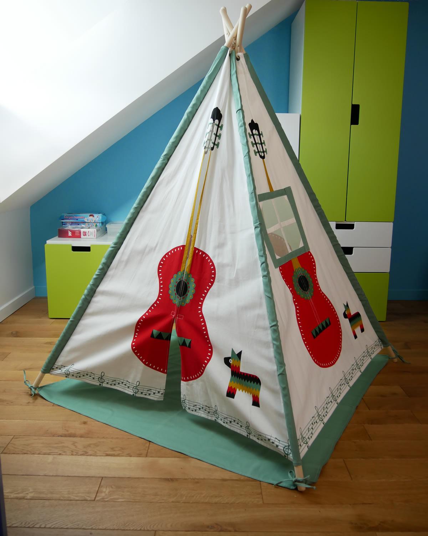 TIpi guitare dans une chambre d'enfant